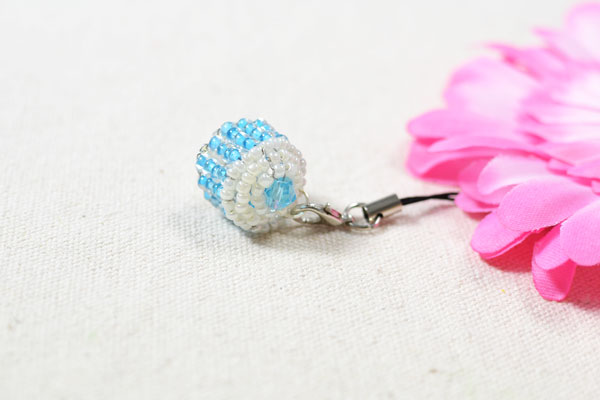 final look of the blue cupcake bead keychain