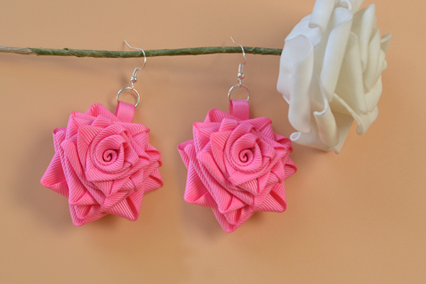 Here is the final look of this pair of rose flower dangle earrings with grosgrain ribbon:
