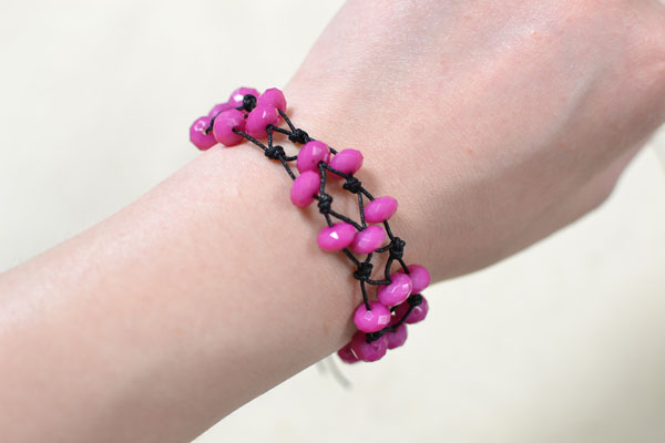This is the final look of this rose colored bracelet with simple knots.