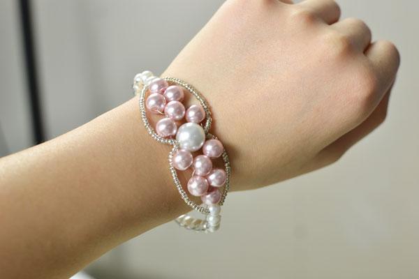 final look of the charm pearl bracelet