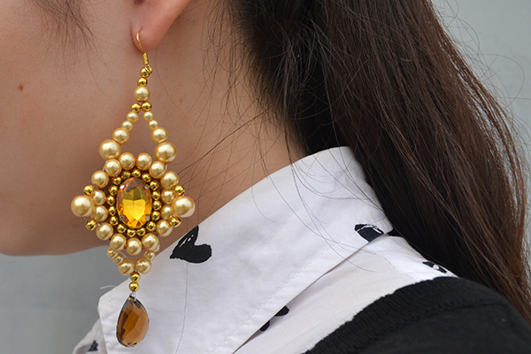 Here comes the final look of the vintage beaded earring I made: