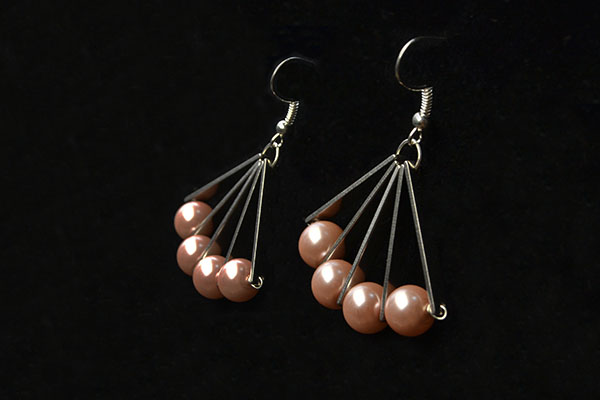 the final look of the simple pearl earrings