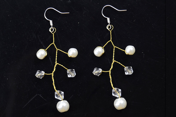 The final look of wire tree branch earrings with pearl and crystal