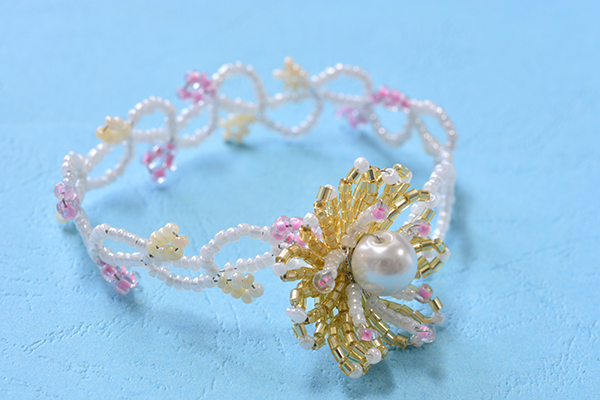 You can see the final look of this seed bead flower bracelet: