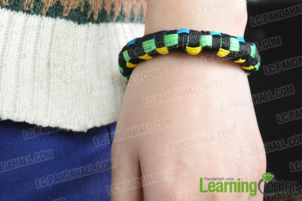 The finished friendship bangle bracelet looks like this: