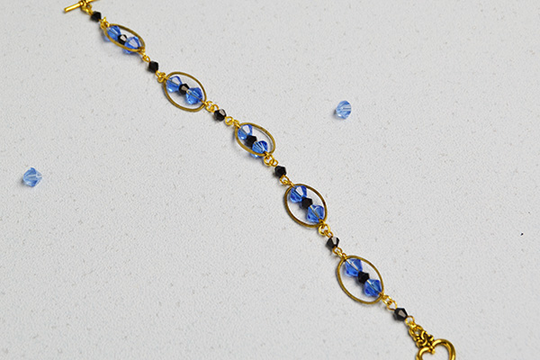 the final look of the blue glass bead bracelet