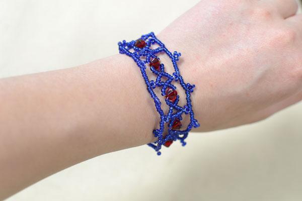 The final look of this woven seed bead bracelet is below: