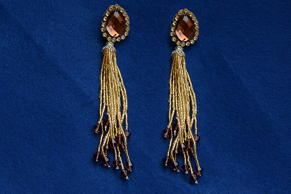 final look of the gold tassel earrings