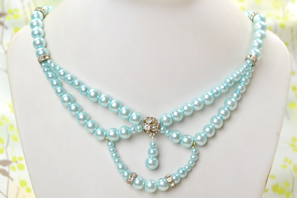 The final look of light cyan pearl collar necklace
