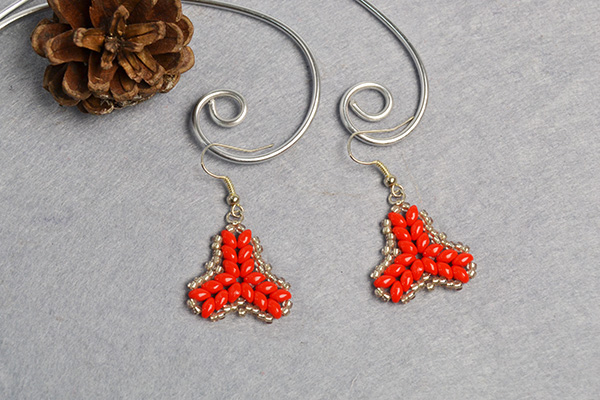 the final look of the 2-hole seed beads earrings