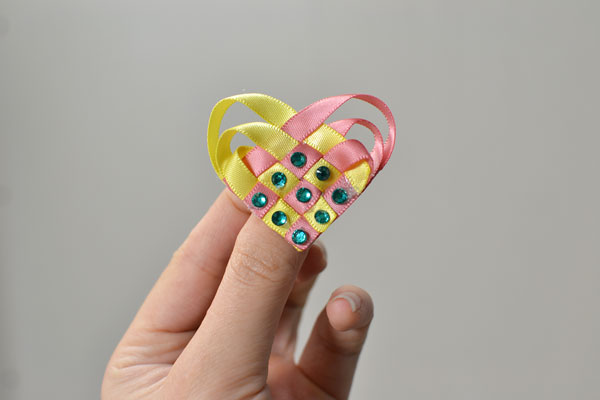final look of the heart shaped ribbon brooch
