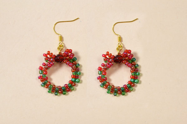 Let's enjoy the final look of this pair of red and green seed bead wreath earrings!