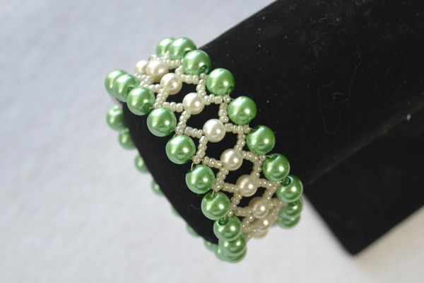 final look of the green pearl bead bracelet