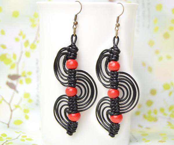 The final look of the beautiful macrame spiral earrings:
