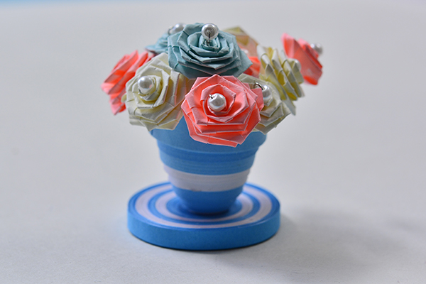 final look of the blue quilling paper flower pot and flowers