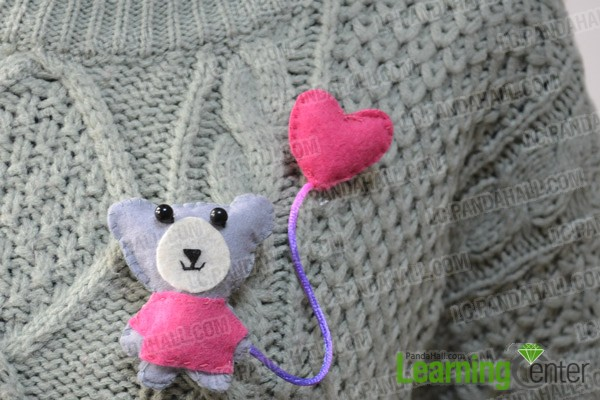 The finished little bear felt brooch looks like this: