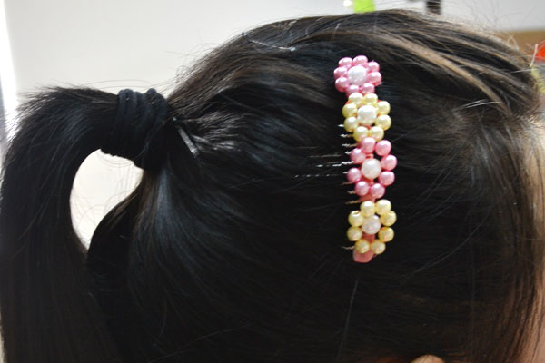 the final look of fresh flower hair comb