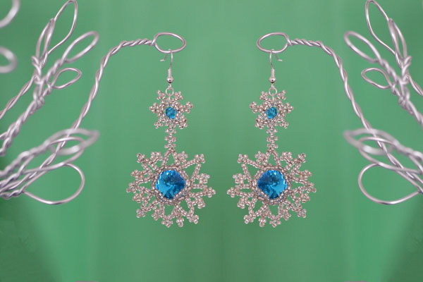 With efforts and patience, I worked out this delicate pair of frozen snowflake earrings! I just couldn't describe how beautiful it is!!