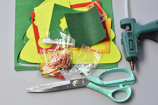 Supplies needed for this easy felt Christmas hanging decoration: