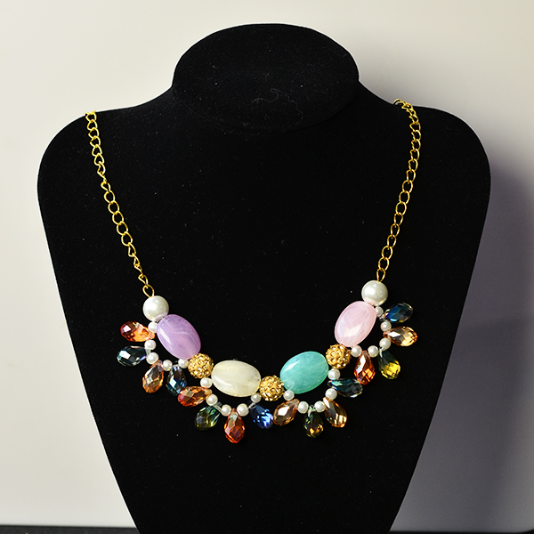 the final look of the beads and chain necklace