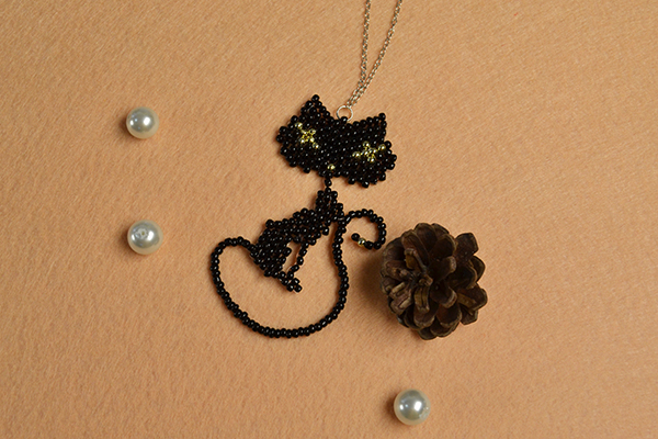 Here is the final look of the black seed beads cat pendant necklace: