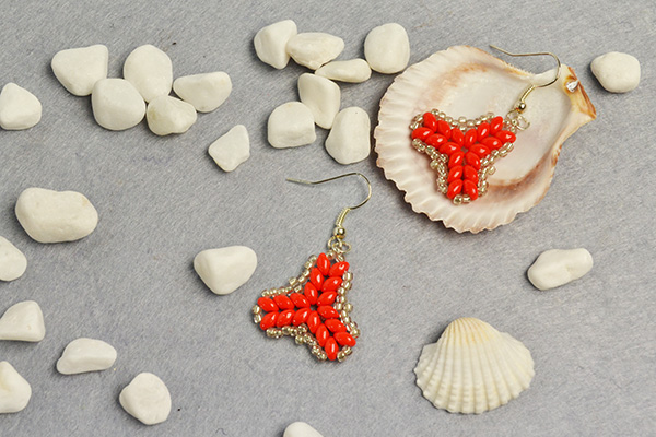 Another picture of the 2-hole seed beads earrings