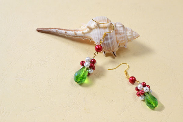 final look of the Christmas red and green earrings