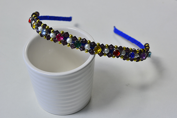 Here is the final look of this glass beaded headband: