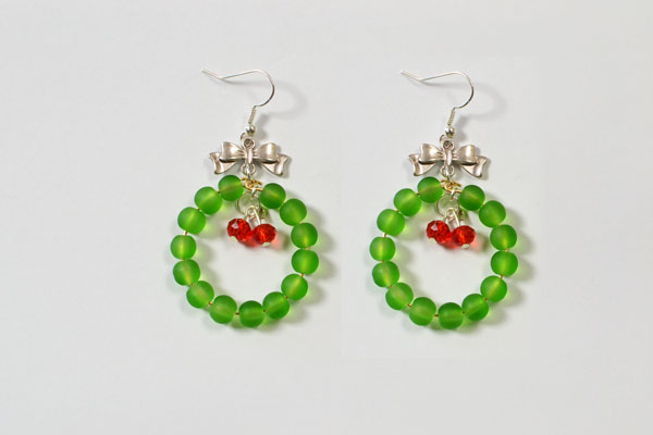 Within 5 minutes, I finished this pair of easy Christmas bell drop earrings! It's so lovely and nice!