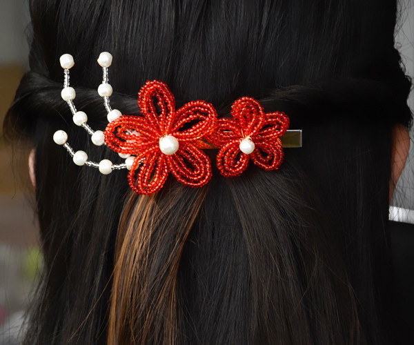 The final look of the delicate red flower hair accessories: