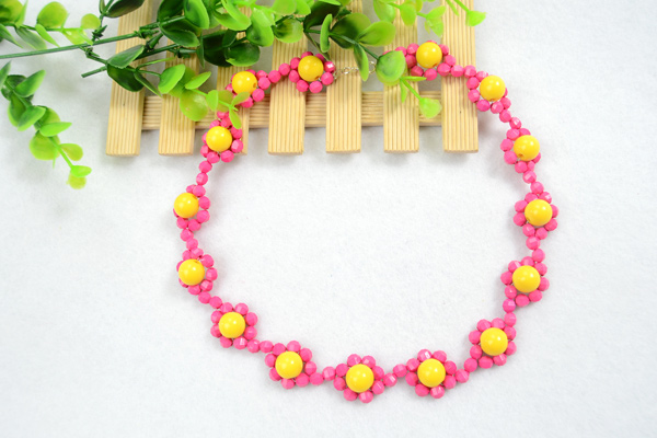 The final look of beautiful simple beaded necklace designs
