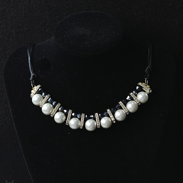 Here is the final look of this black leather cord pearl necklace: