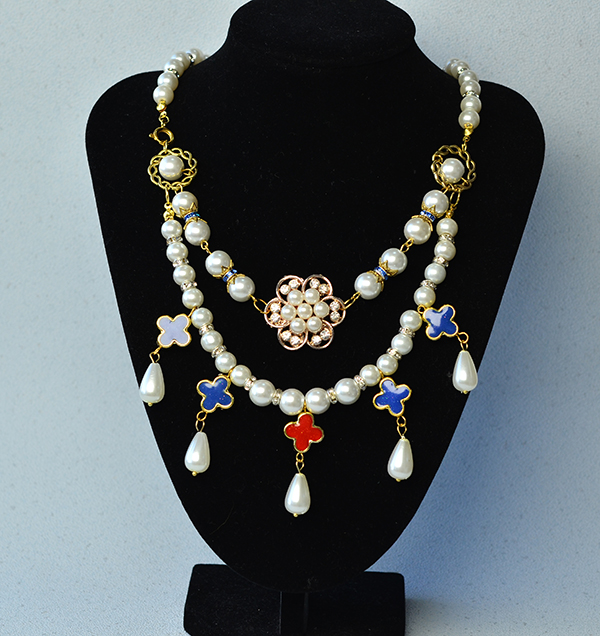 the final look of the flower pearl necklace