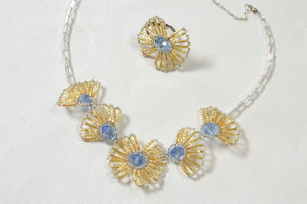 final look of the handmade flower necklace and ring