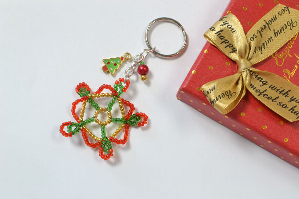 Guys! Are you fascinated by the final look of this seed bead snowflake key chain for Christmas?