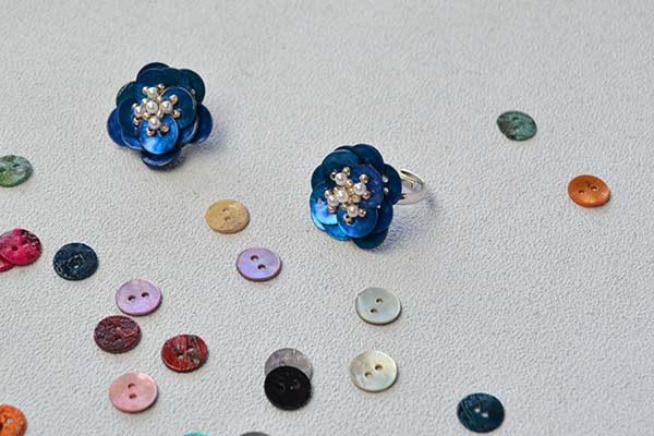 final look of the blue button flower rings