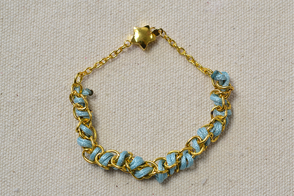Now I show you the final look of this easy blue thread and gold chain bracelet: