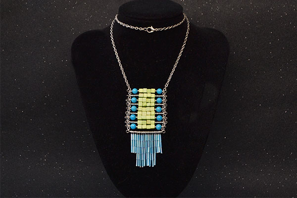 the final look of the tassel bead pendant necklace