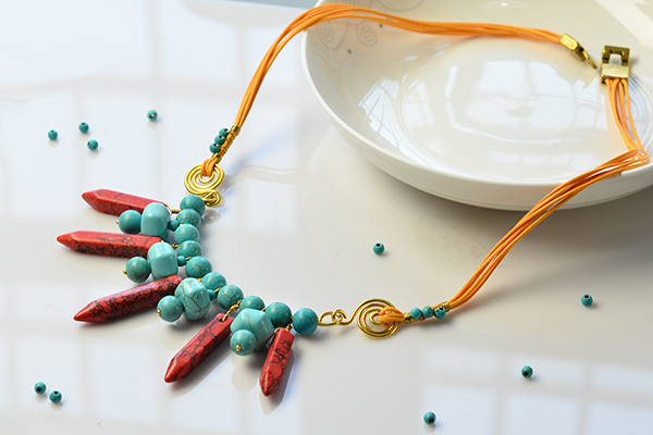 final look of the turquoise bead pendant necklace