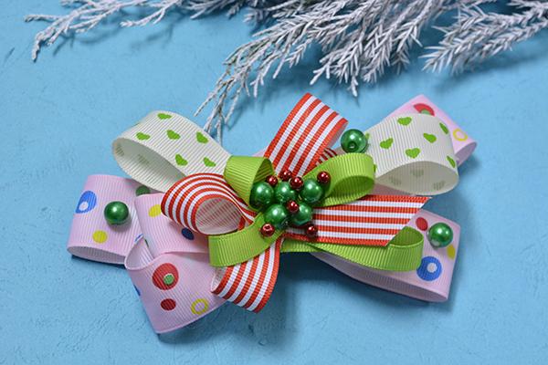 final look of the Christmas ribbon hair clip