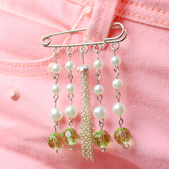 the final look of the vintage pearl brooch