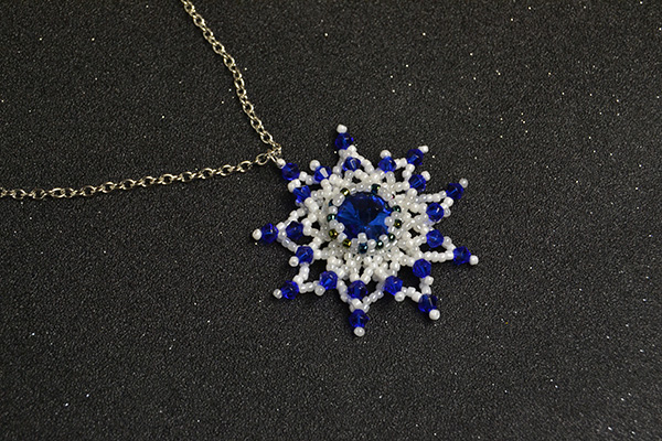 the final look of this beaded flower necklace