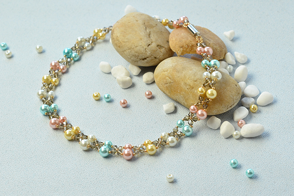 the final look of the pearl bead necklace