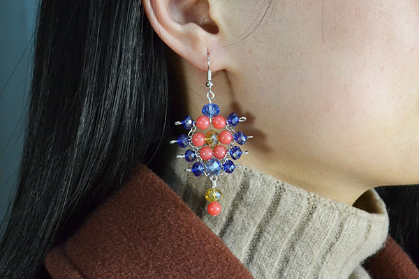 Now, this pair of glass and jade beads earrings has been finished: