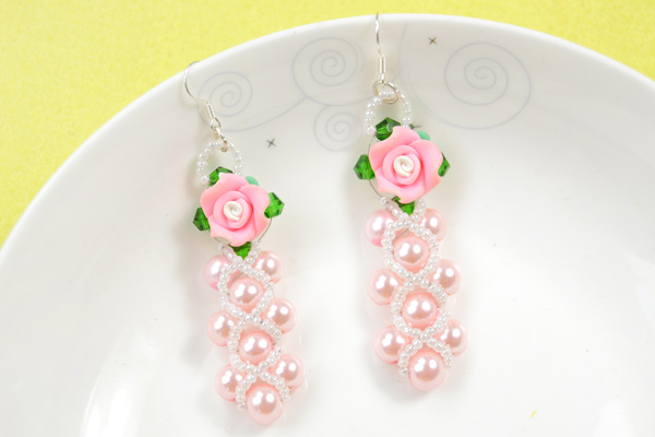 The final look of delicate beaded flower earring patterns: