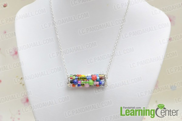 The finished seed bead necklace looks like this: