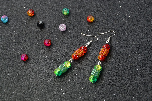 Here is the final look of these colorful beaded dangle earrings: