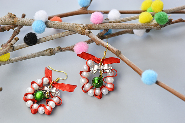 Here is the final look of this pair of Christmas pearl dangle earrings:
