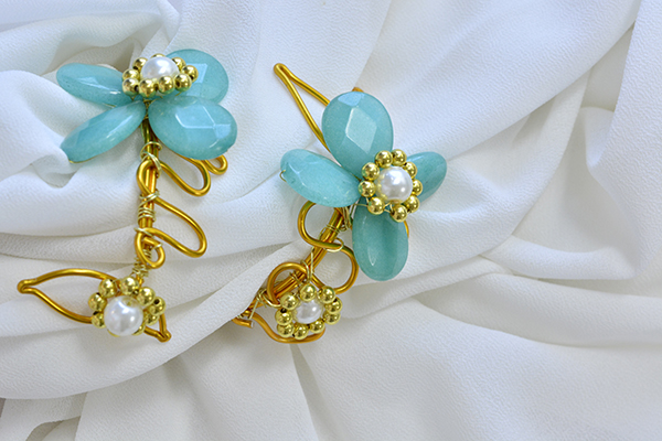 The final look of this personalized gold wire wrapped bracelet with blue stone flower decorated is shown below: