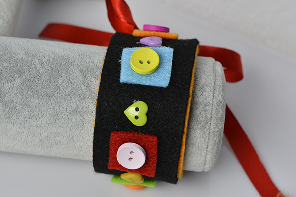 final look of the black wide felt and button bracelet for kids